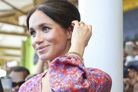 Meghan Markle em evento oficial no mercado de Suva. (Foto: Getty Images)