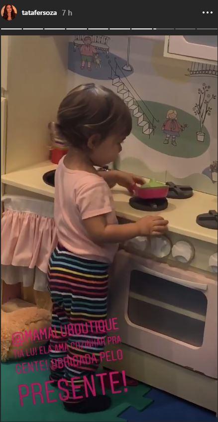Melinda Teló brincando em sua cozinha de brinquedo (Foto: Reprodução/ Instagram @tatafersoza)