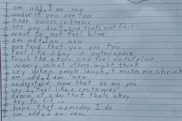 Menino escreveu o poema para uma de suas aulas (Foto: Reprodução Hypeness)
