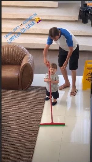 Gabriel ajuda seu avô na hora da limpeza (Foto: Reprodução/ Instagram @andressasuita)