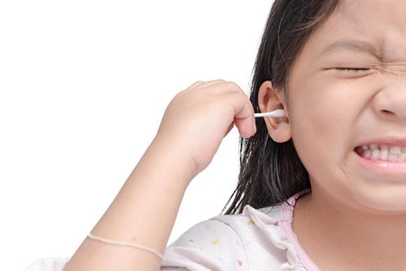 Cuidado na hora de limpar o ouvido do seu filho (Foto: GettyImage)