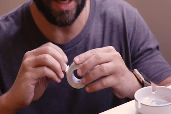 Dupla face é a dica para segurar objetos (Foto: Reprodução/ Youtube)
