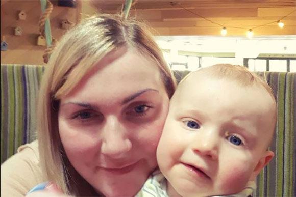 Lisa ao lado do seu primeiro filho, Oliver (Foto: Reprodução/ Facebook Lisa Marie Preston)