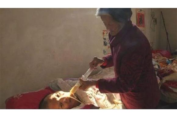 Ela dava banho, comida e movimentava o filho (Foto: Reprodução/ Portal TKM)