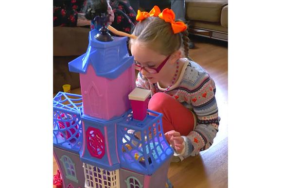 Menina autista vive um sonho ao conhecer a Cinderela (Foto: Reprodução/ Youtube)