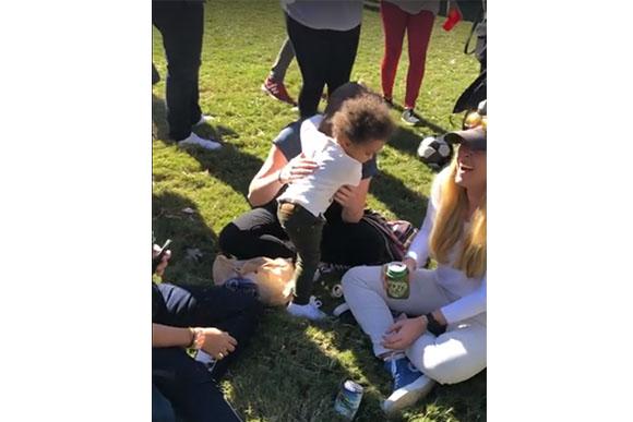 Menina amorosa se despede de todos no parque (Foto: Reprodução/ Facebook)