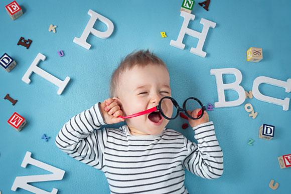 É normal as crianças repetirem as palavras enquanto estão aprendendo (Foto: GettyImage)