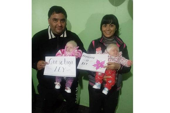 Os pais ficaram muito felizes com o nascimento das meninas (Foto: Reprodução/ Portal +Vibes)