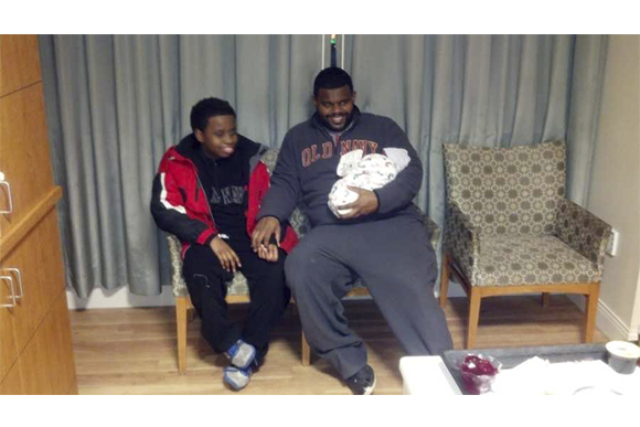 Na foto, o filho Tyler, Terance e Austin recém-nascido. (Foto: Courtesy of Terance Perine)