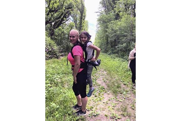 A Sra. Helma com Maggie na trilha do acampamento (Foto: Helma Wardenaar/Reprodução)