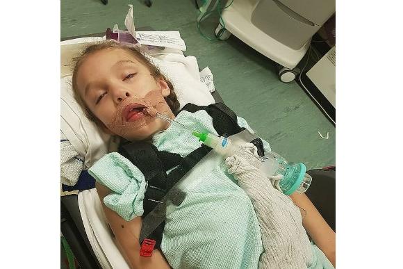 Teagan durante o coma induzido (Foto: Emma Appleby/Triangle News/Reprodução)
