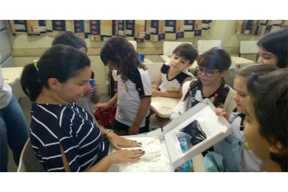 Cada aluno deu um presente para ela (Foto: Reprodução/ Razões para Acreditar)