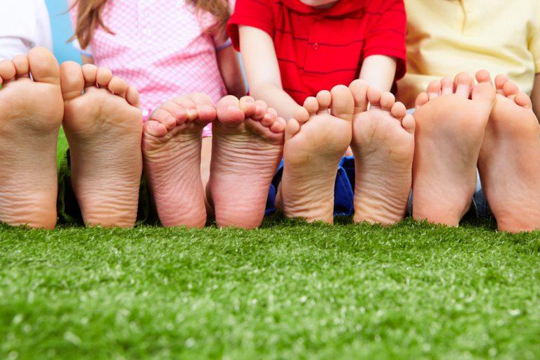 Agora é oficial: andar descalço faz bem pra saúde! (Foto: Shutterstock)