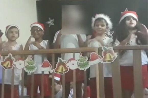 Arthur (segundo da direita) com os colegas na cantata de Natal