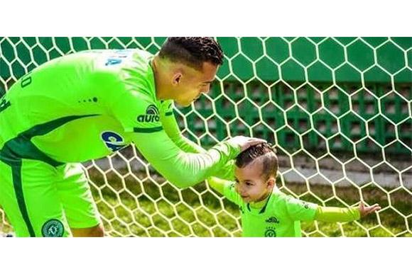 Goleiro Danilo e filho Lorenzo (Foto: Arquivo pessoal/Reprodução)