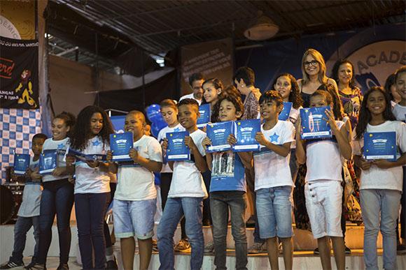 Dia de autógrafo na Escola Municipal Lucia Miguel Pereira (Foto: Divulgação)