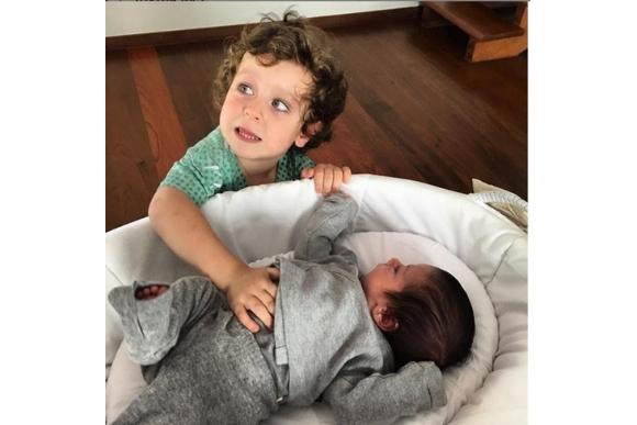 Noá, 3 anos e Inã, de 3 meses, são filhos do relacionamento de Alexandre e Karen (Foto: Reprodução Instagram / @alexandrenero)