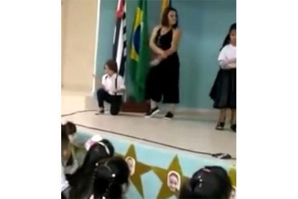 Mãe dança com seu filho na apresentação da escola (Foto: reprodução)