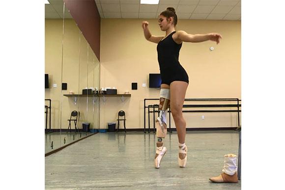 Hoje, ela dança normalmente (Foto: Reprodução/ Facebook)