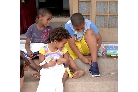 Simone e sua família receberam alimentos e presentes (Foto: Reprodução)