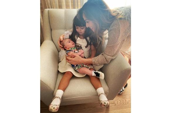 Sabrina Sato publicou uma foto de Manuela, sua sobrinha, segurando Zoe (Foto: Reprodução Instagram / @sabrinasato)