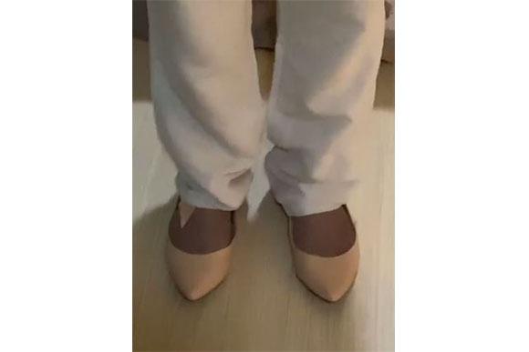 A cantora está usando meias de compressão (Foto: Reprodução/ Instagram @thaeme)