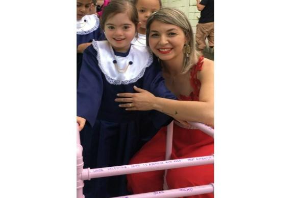 Valentina e a professora Amanada na formatura (Foto: Instagram/@ritaelincoln/Reprodução)