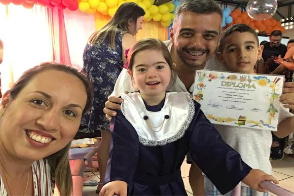 Valentina com a mãe, o pai e o irmão em sua formatura (Foto: Instagram/@ritaelincoln/Reprodução)