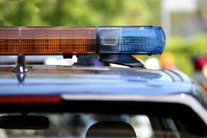 Criança é arremessada do segundo andar do prédio e salva por policial