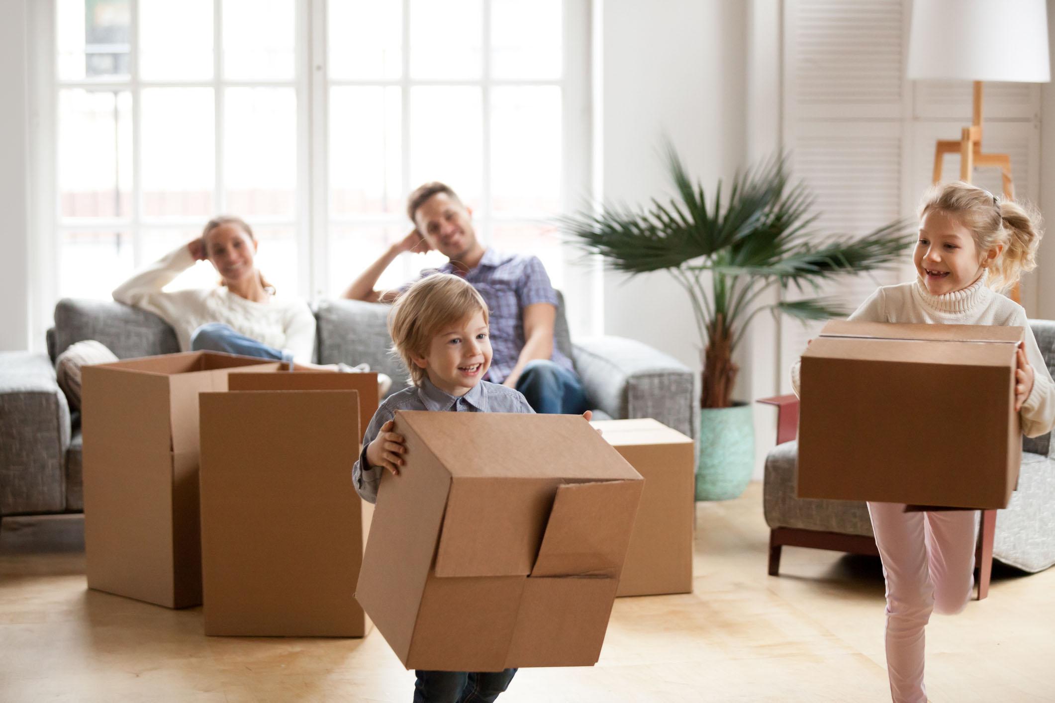 Resultado de imagem para crianças brincando dentro de casa