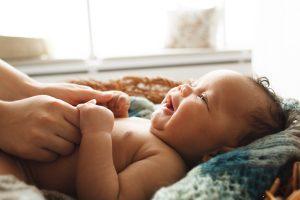 Banhos demorados podem prejudicar a pele do bebê com dermatite atópica