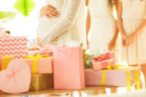 Mãe da presente para a filha em festa de outra criança