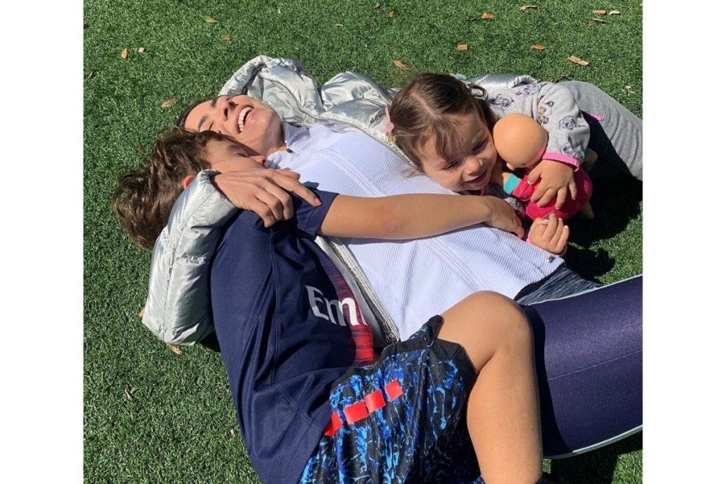 Patrícia Abravanel aparece se exercitando com os filhos em mansão da família – Pais&Filhos