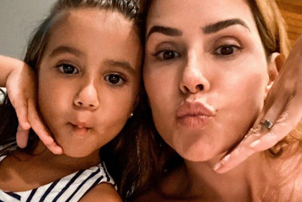 Maria Flor faz um verdadeiro tutorial de maquiagem em Deborah Secco e prova que já nasceu com talento – Pais&Filhos