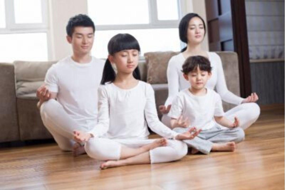 Crie momentos de calma na rotina da família: vocês podem tentar yoga juntos, exercícios de respiração e até o momento do silêncio