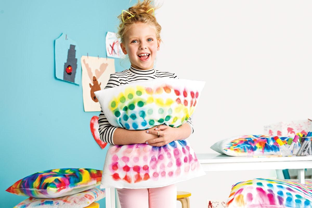 Brincar de decorar a casa também vale para o Dia das Crianças! Veja como fazer uma almofada tie dye