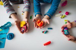 Brincar com massinha traz vários benefícios para o desenvolvimento das crianças