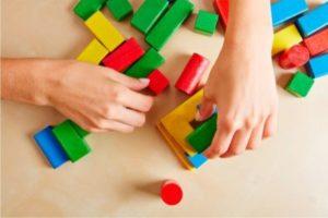 Brincar é sinônimo de infância feliz