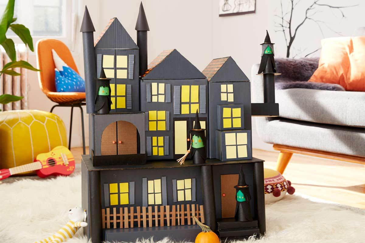 Veja como criar uma casa com bruxas feita de papelão para decorar sua casa para o Halloween e divertir o seu filho