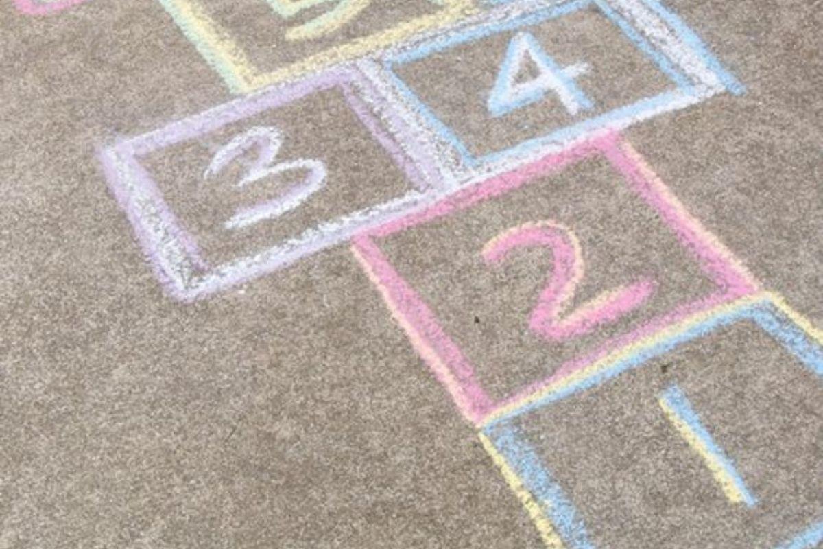 Brincar de amarelinha traz vários benefícios para o desenvolvimento do seu filho
