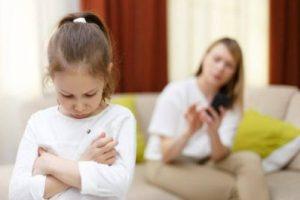 A menina só para de chorar quando recebe o que quer