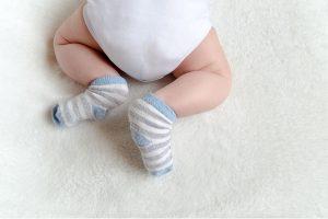 A mãe se recusa a trocar as fraldas sujas da filha