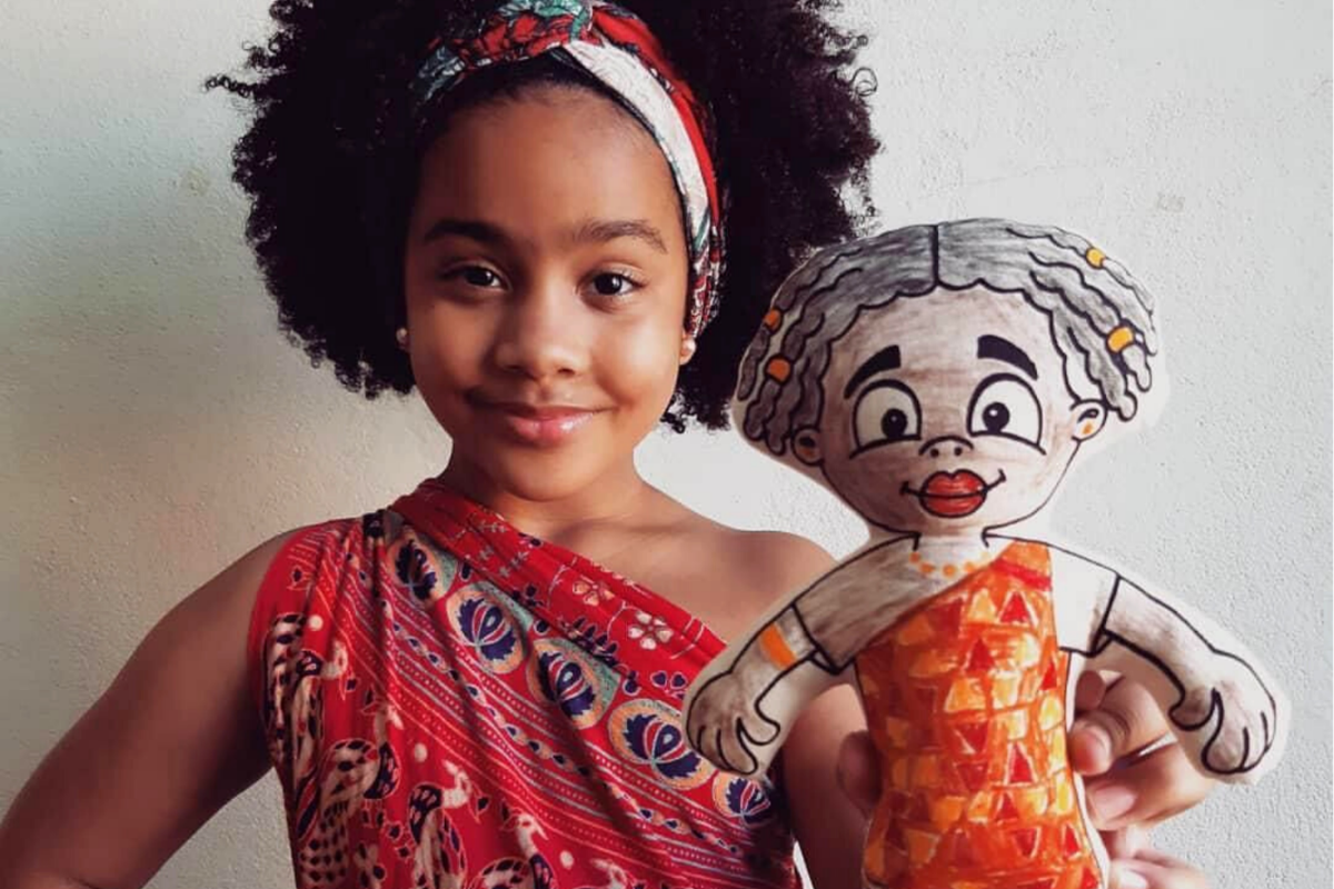 Influencer mirim Laís Helena (@lala.helena13) com a boneca Dandara