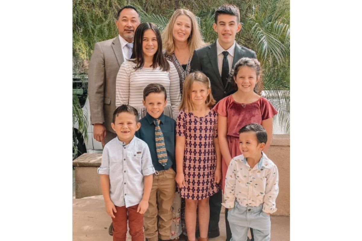 Casal adotou 7 irmãos que perderam os pais em um acidente de carro