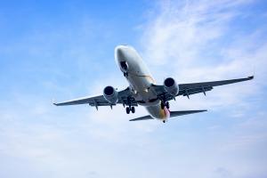 A criança escapou dos pais e tentou abrir a porta do avião