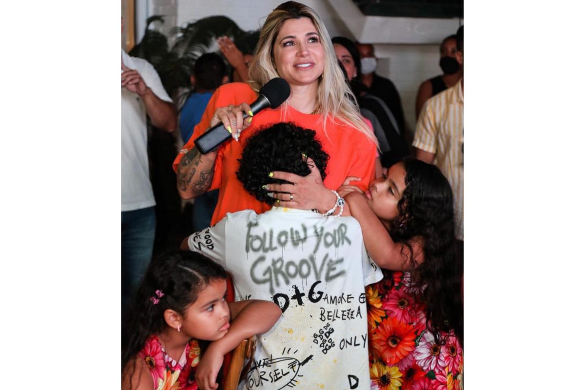 Dani Souza chora ao ver vídeo do marido, Dentinho, no aniversário do filho