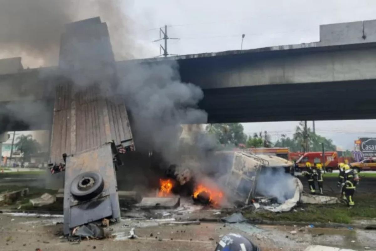 O local do acidente ficou todo destruído e em chamas