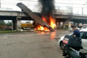 O caminhão caiu de um viaduto em Santa Catarina