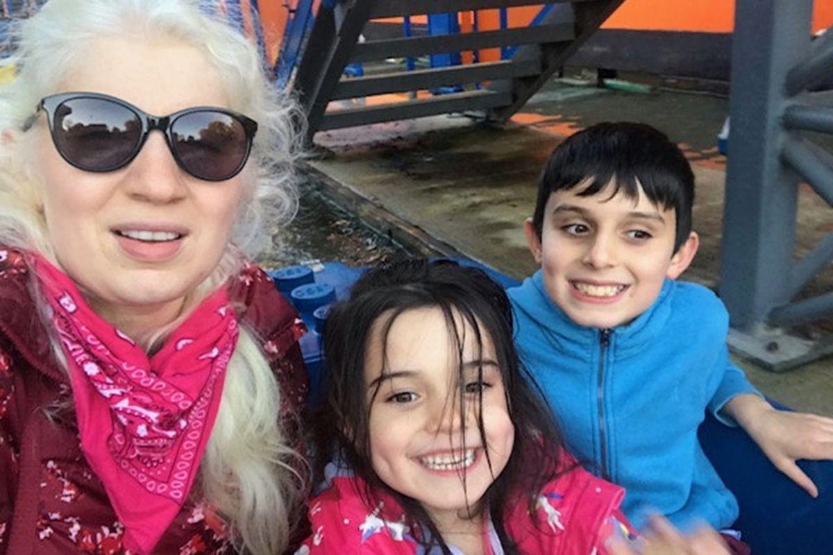 Os membros mais novos da família não foram afetados com o albinismo