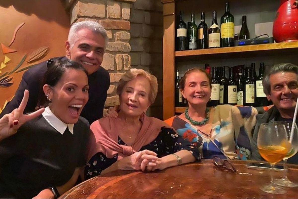 Família de Tarcísio Meira aparece sorrindo em foto nas redes sociais
